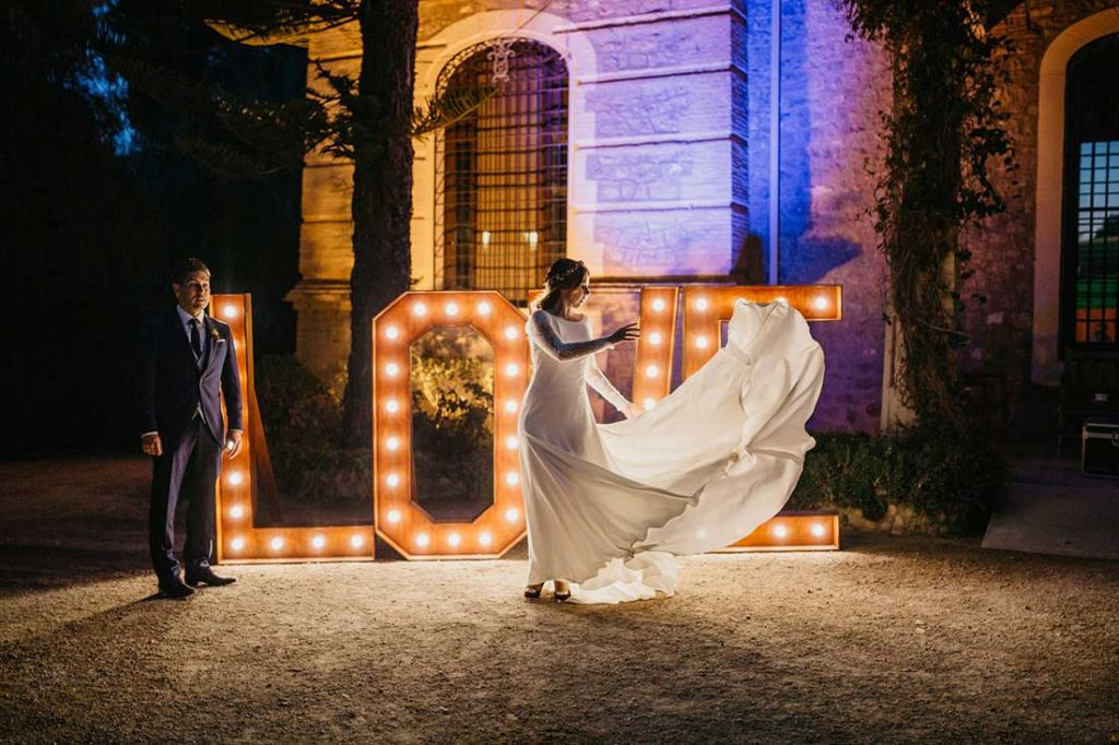 Alquiler cartel LOVE iluminado para bodas